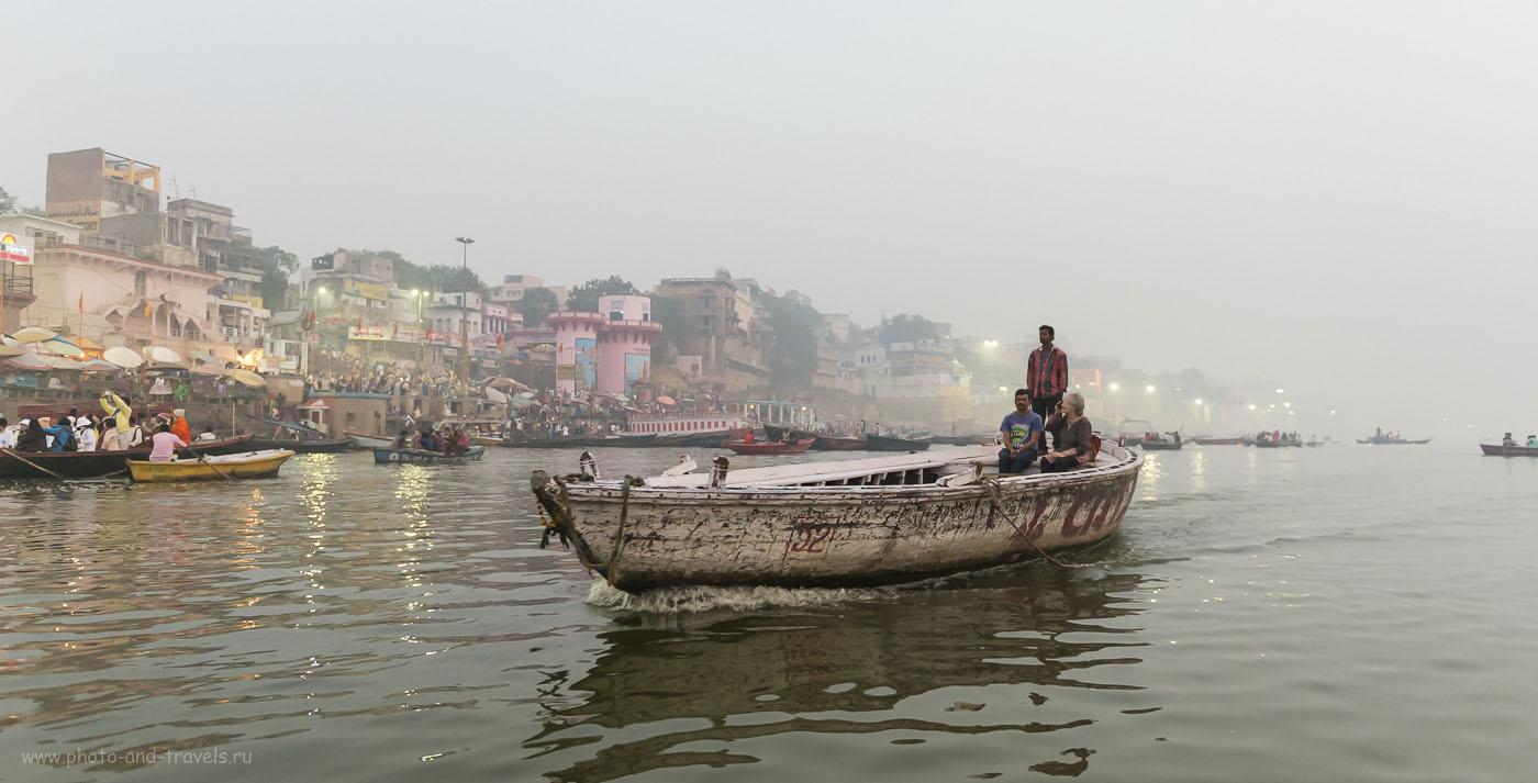 Фото 22. Самостоятельное путешествие по Индии. Утро на реке Ганг. Паломники спускаются к гхатам для омовения в священной воде. Туристы наблюдают за ними. 1/160, 2.8, 3200, 24.