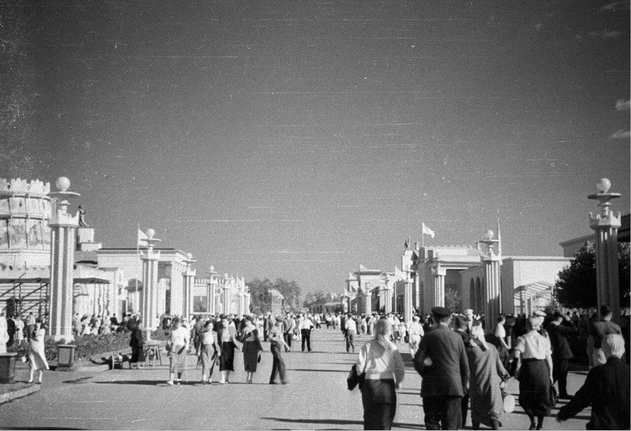 04. Вид от павильона Центральных областей в сторону площади Колхозов