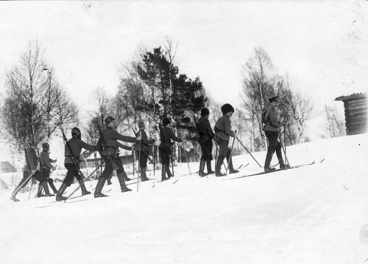 09. Группа стражников на лыжах. 1908