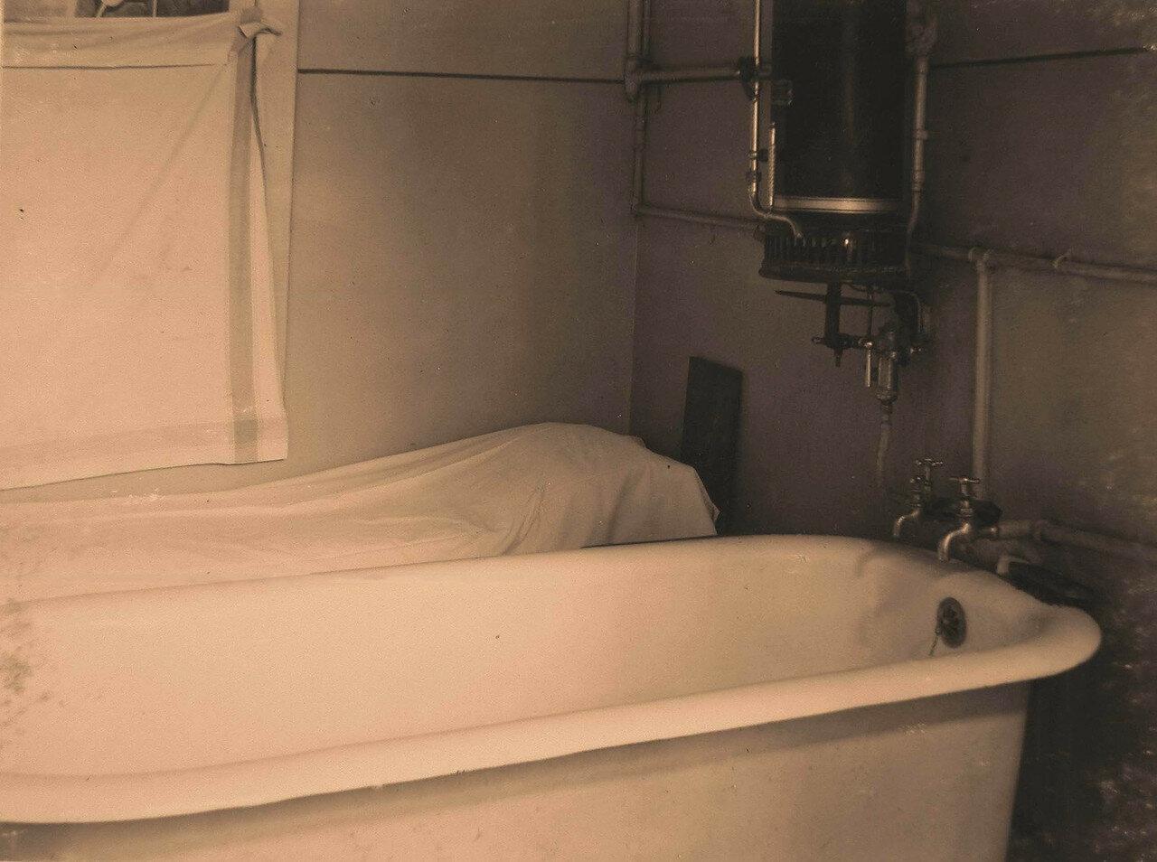 27. Вид части ванной комнаты с газовым нагревателем