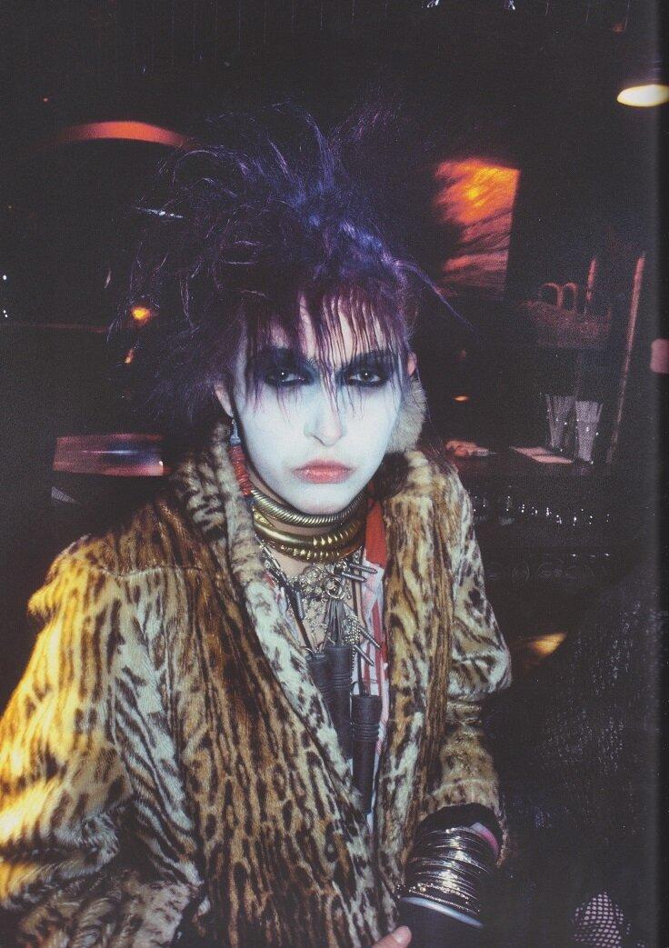 1982. Лори в клубе «Batcave»