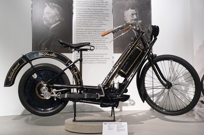 Это первый в мире мотоцикл. Он был выпущен в период с 1894 по 1897 года. Мотоцикл развивает скорость
