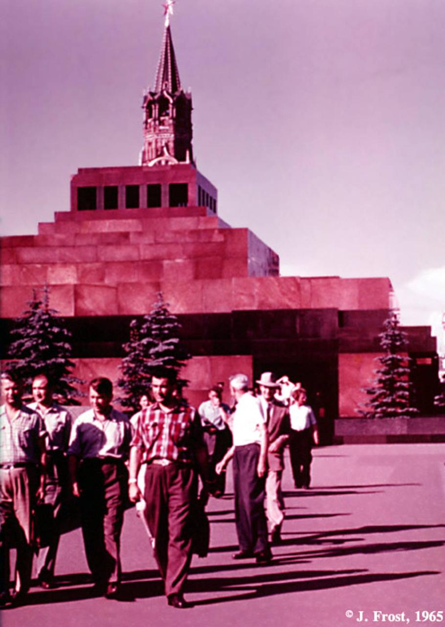 1965. Москва. Посетители покидают Мавзолей Ленина на Красной площади