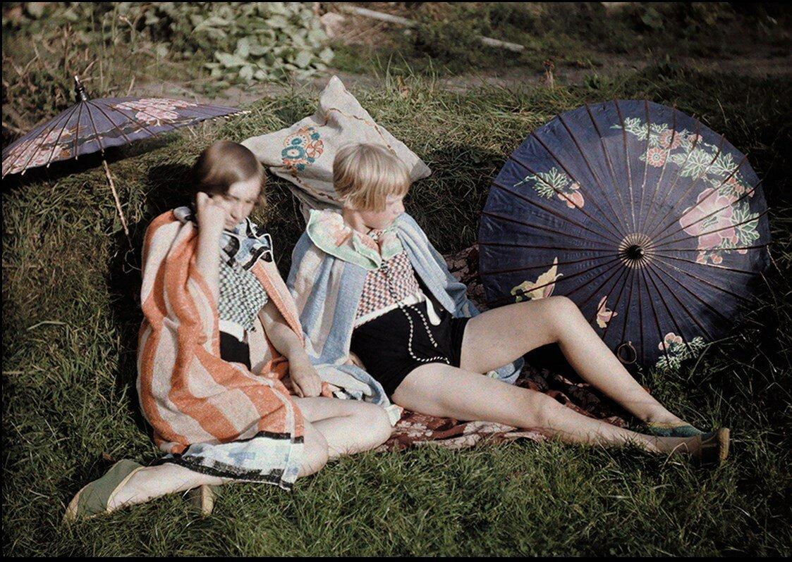 Две молодые девушки наслаждаются сентябрьским солнцем в Англии