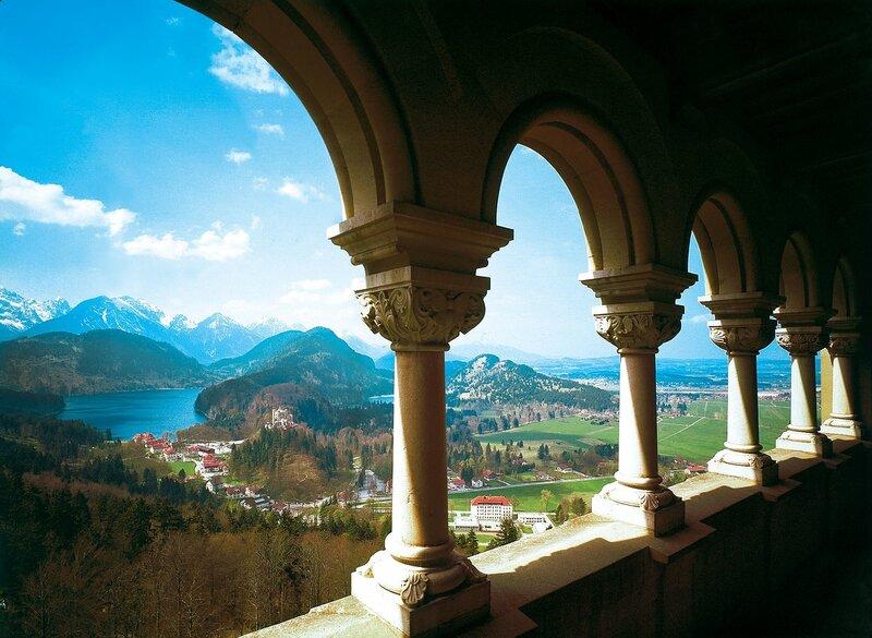 Замок выстроен в стиле барокко, столь модного в то время в Германии, в Обераммергау на юго-западе Баварии.