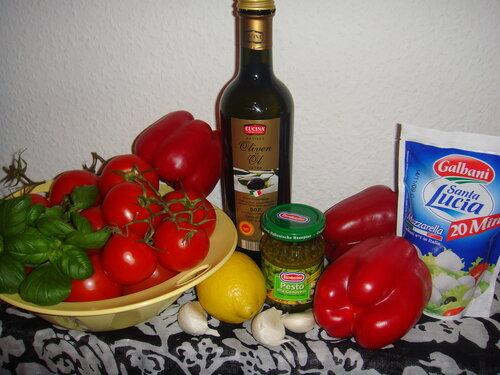 Итальянский холодный суп из помидоров и сладкого перца-гриль с чесноком, базиликом, моцареллой и зелёным песто - ингредиенты