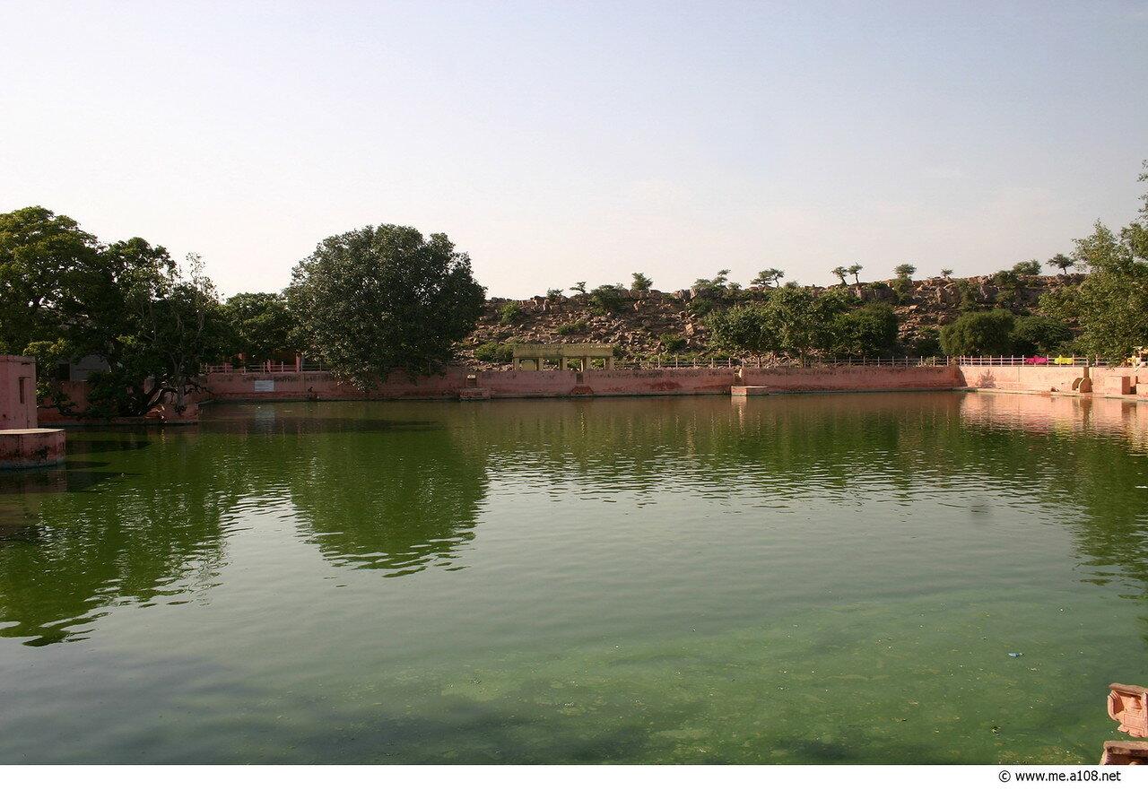 Говинда-кунда - священное озеро около холма Говардхан во Врадже