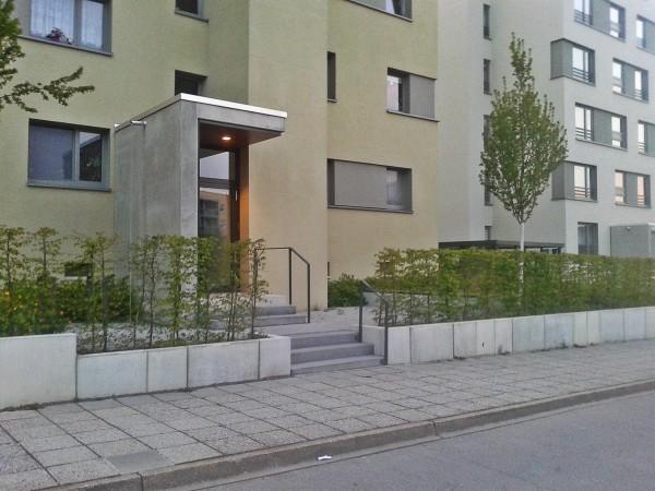 В итоге у жителей домов довольно милые дворики перед подъездом.