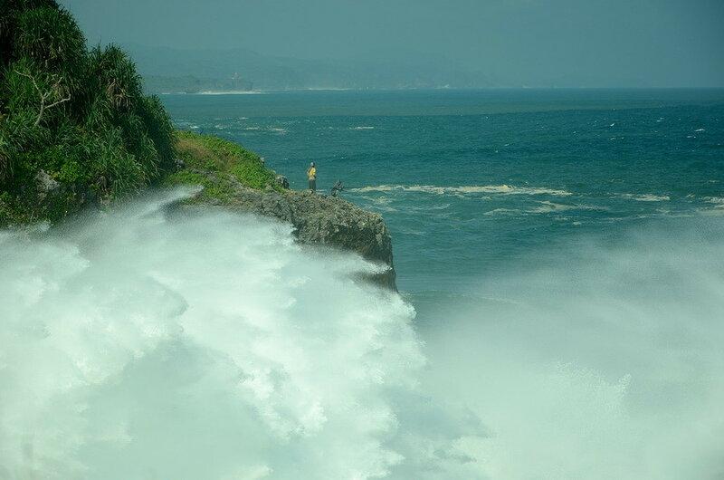 Брызги от разбившихся об скалу волн