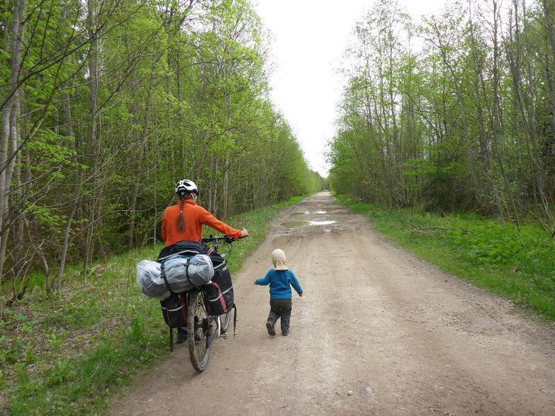 ребенок идет пешком в велопоходе на лужском полигоне
