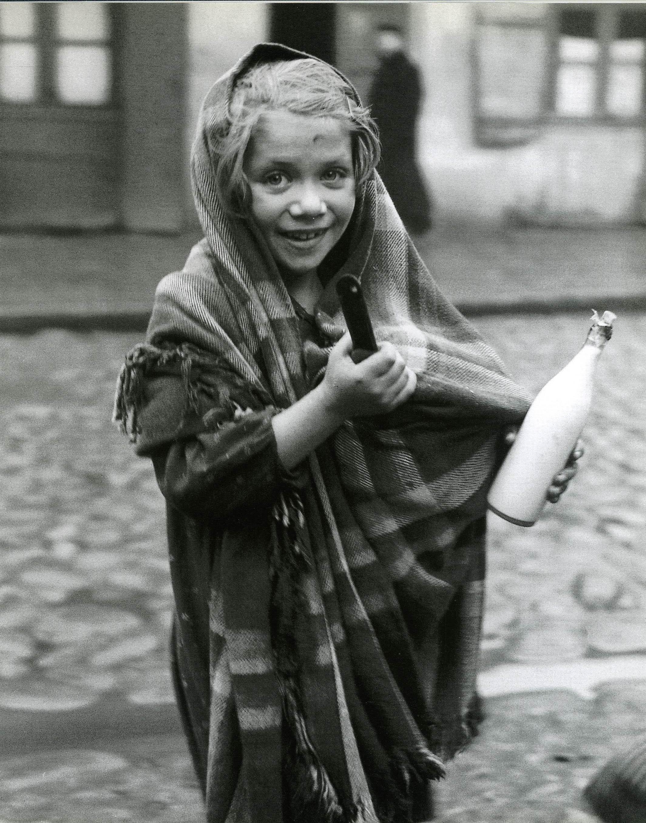 Лодзь. Сельму отправили в магазин за кастрюлькой с супом и бутылкой молока, 1937