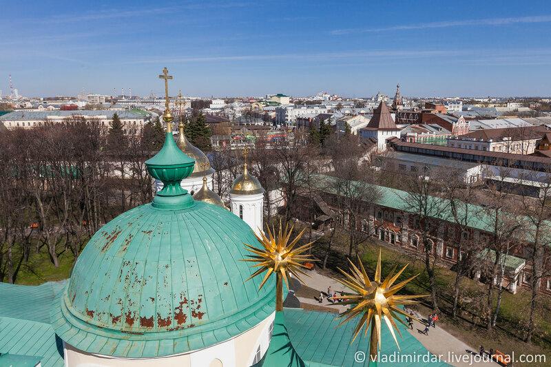 Ярославль. Вид на север со Звонницы с церковью Печерской иконы Божией Матери.