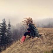 девушка на холме