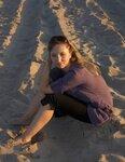На злотом песке сидели