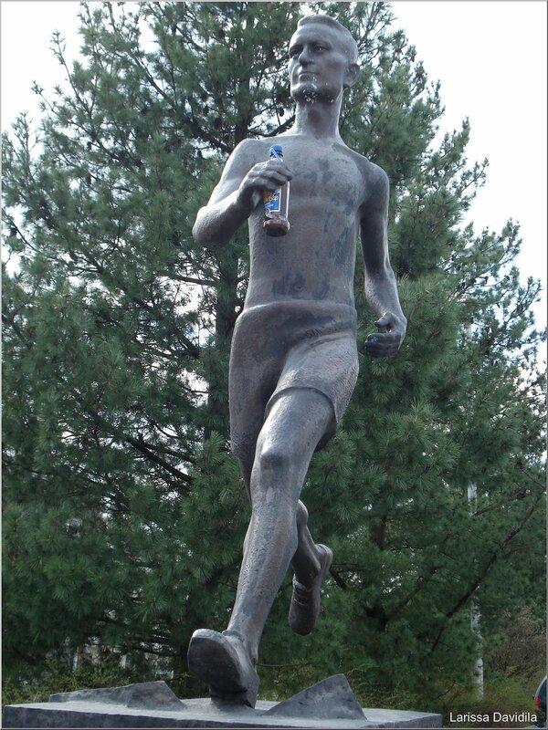 Бегун с бутылкой энергетического питья...