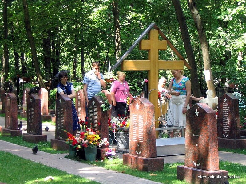 Когда деревянного креста не было, люди ухаживали за одним из надгробиев братских могил