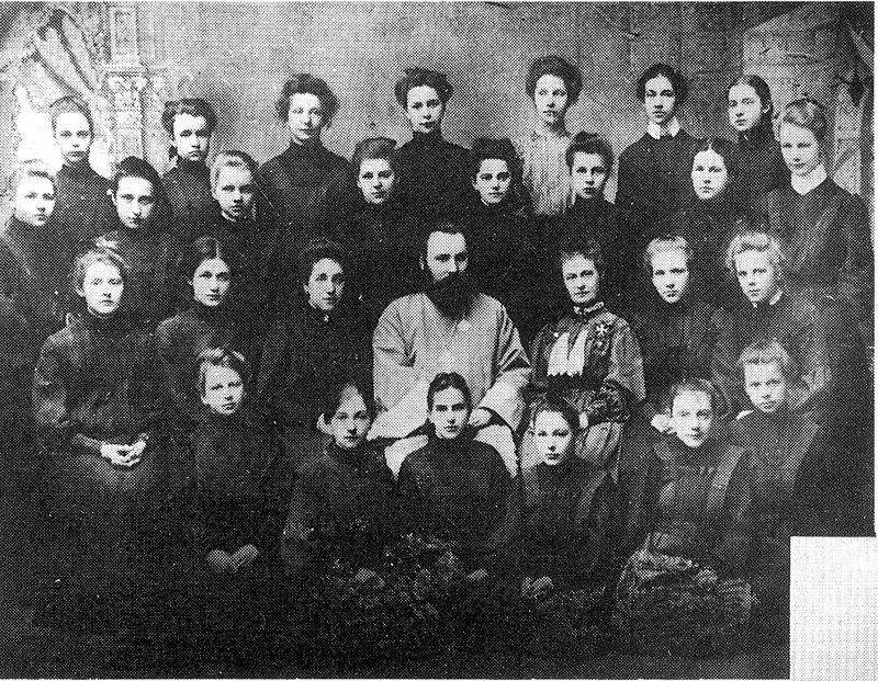 Ахматова вторая слева во втором ряду