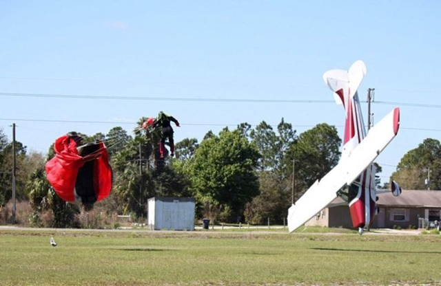 Фотографии столкновения парашютиста и самолета 0 133525 99225b82 orig