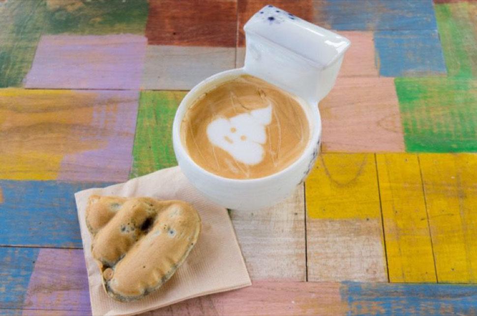 В меню можно найти маленькое печенье в виде какашек в посуде в форме унитаза, а также кофе латте с р