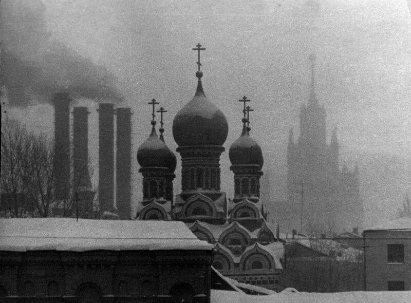 410566 Вид с Большого Москворецкого моста на Георгиевскую церковь на Балчуге и на высотку в Котельниках apereswet 1976.jpg