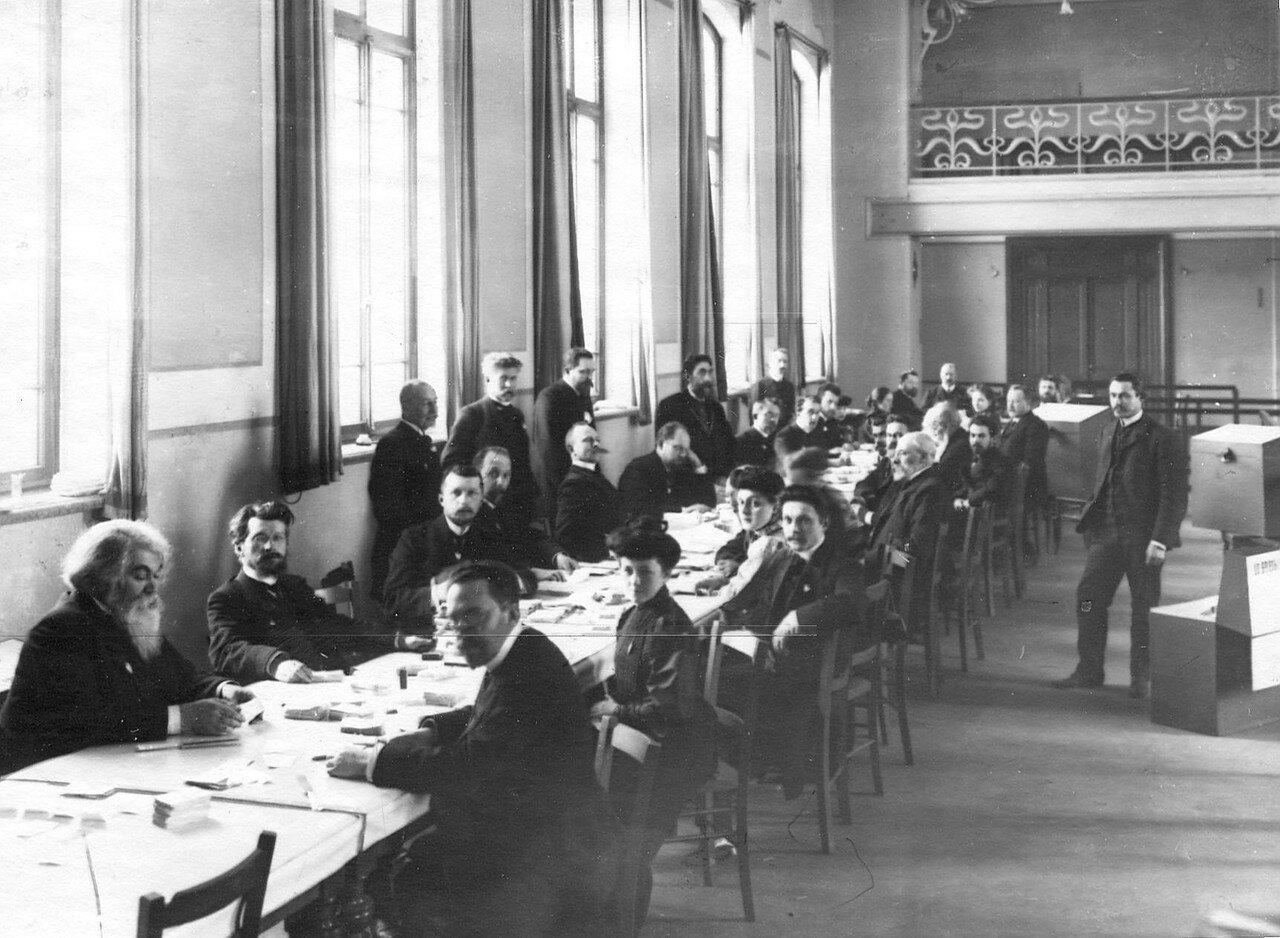 20 марта 1906. Счетная комиссия за подсчетом голосов после окончания выборов выборщиков в Первую Государственную думу в Народном доме Л.Н.Нобеля