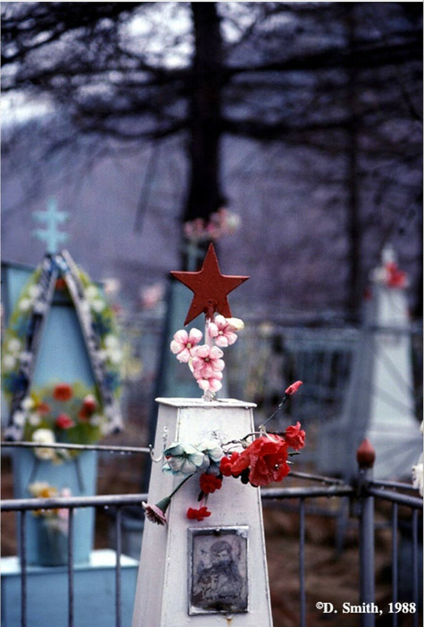 Могила ветерана Второй мировой войны в поселке Листвянка