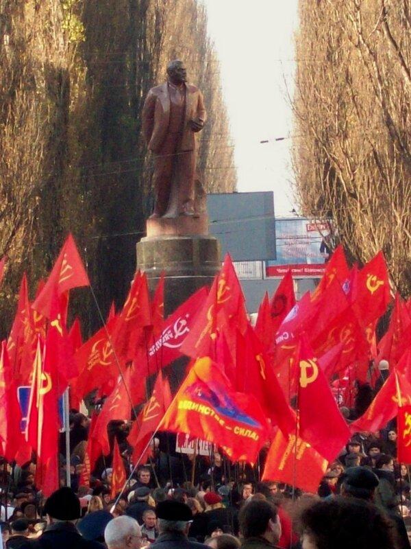 Коммунисты под памятником Ленину