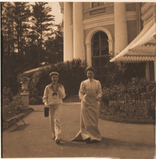 Юный Феликс Юсупов с одной из племянниц князя Феликса Юсупова-старшего на прогулке в