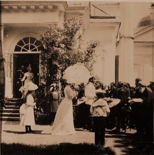Великий князь Сергей Александрович принимает хлеб-соль от крестьян, слева от него - великая княгиня Елизавета Федоровна.