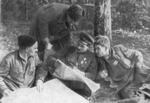 С.А. Ковпак и С.В. Руднев в лесном штабе (1943 г.)