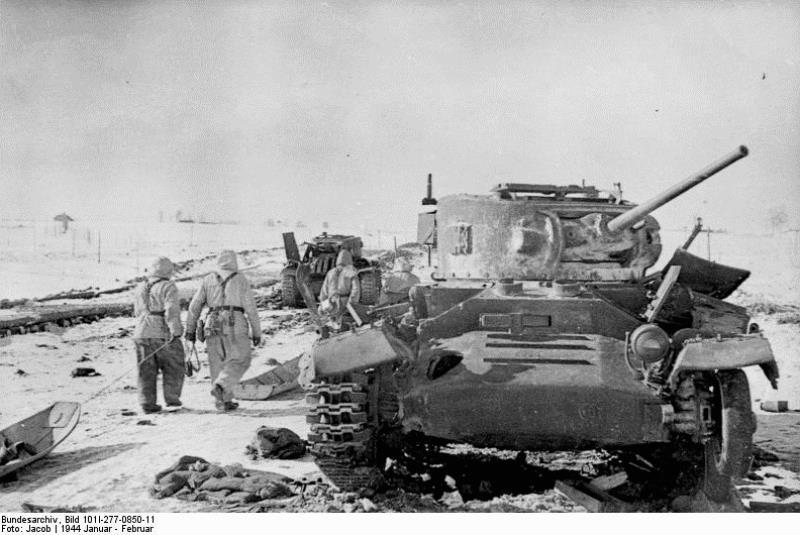 Подбитые пехотные танки Mk.III Valentine. Зима 1944 года.