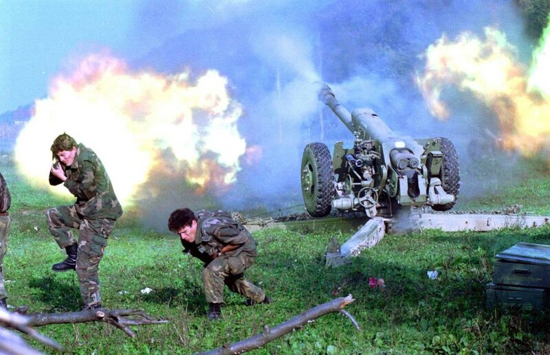 1995 13 октября 122мм тяжелая артиллерия боснийцев у Сански-Моста бьут по сербам.jpg