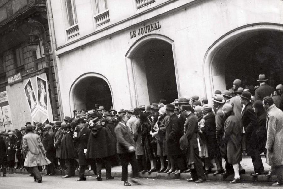 22. Публика у входа в здание, где выбирают мисс Европа — 1930.