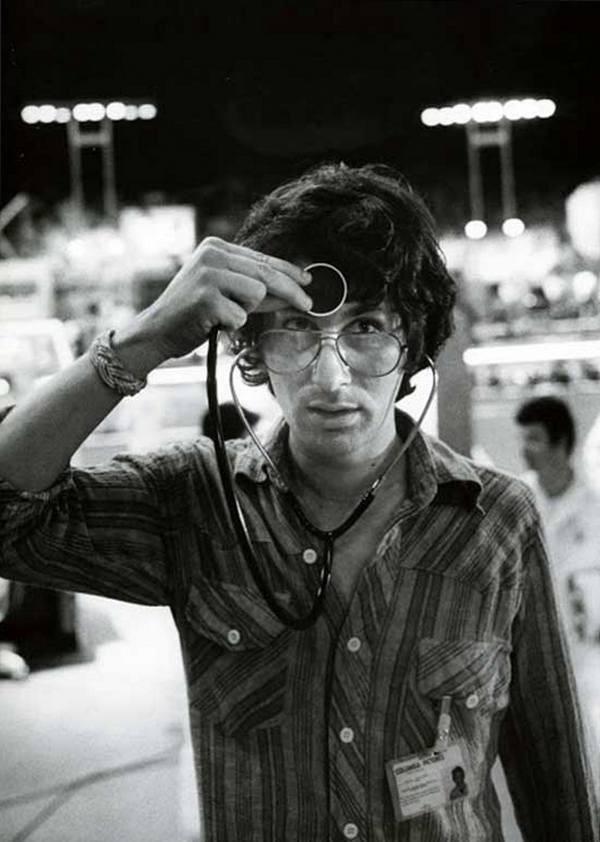 Стивен Спилберг со стетоскопом на съемках фильма «Близкие контакты третьей степени», 1977