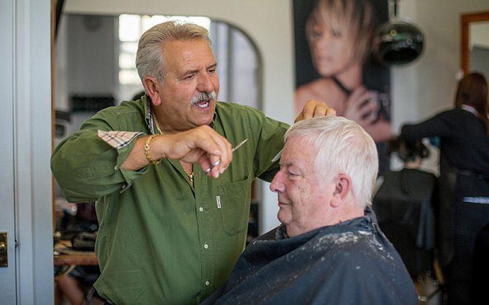 Британец 42 года стригся у одного и того же парикмахера