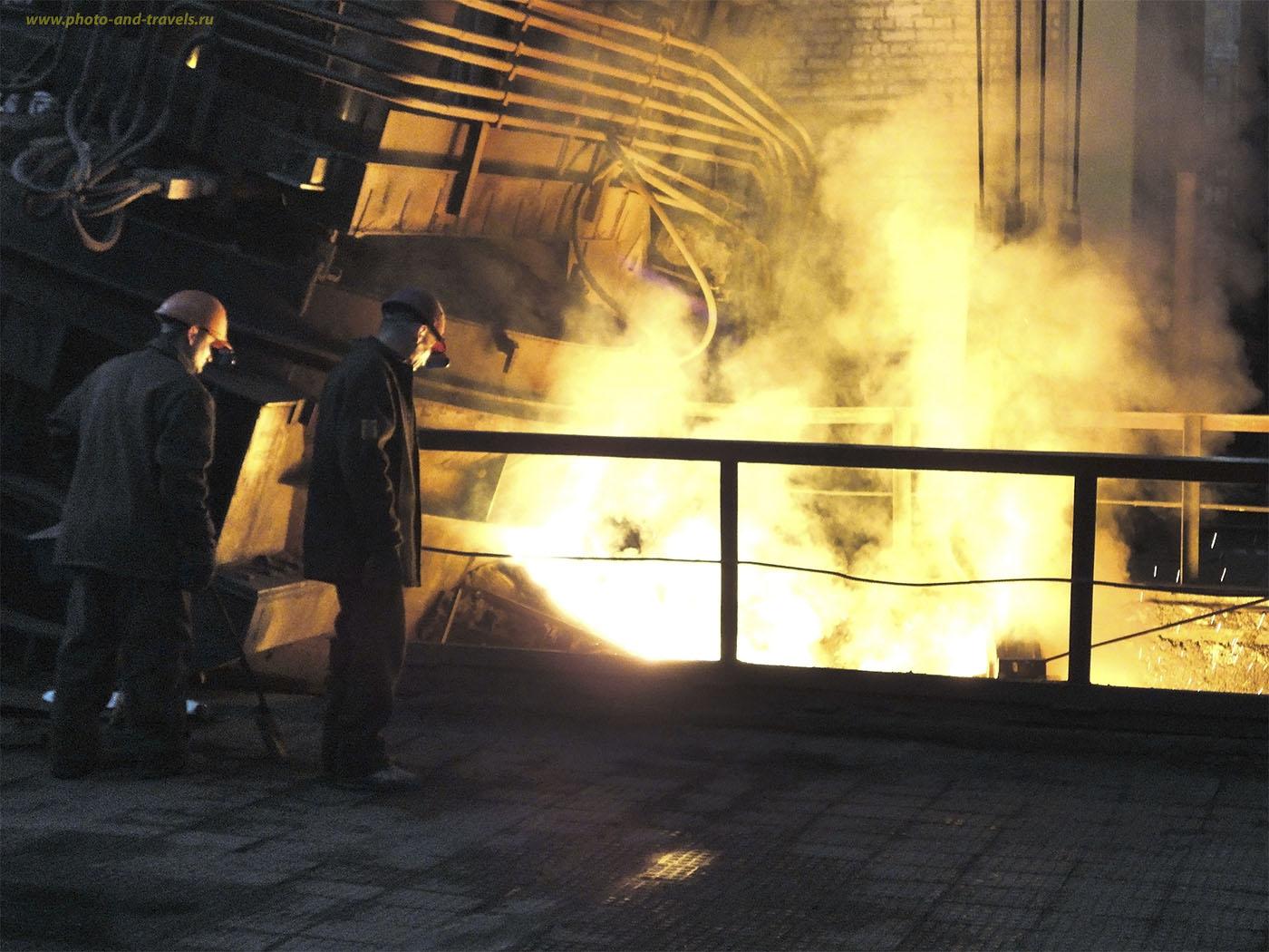 Снимок №13. Расплавленный металл. Фото снято мною в 2010 году на мыльницу Sony DSC-W350 в Узбекистане в Навоийском горно-металлургическом комбинате во время командировки. Наверное, то же было и на заводе имени Куйбышева в Нижнем Тагиле.