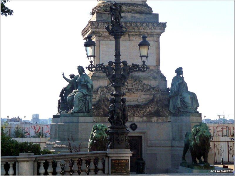 Красивый фонарный столб около колонны.