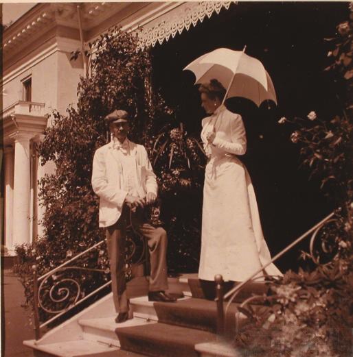 Княгиня З.Н.Юсупова со своим гостем во время прогулки по имению