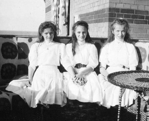 Великая княжна Ольга Николаевна, Княжна императорской крови Ирина Александровна и Великая княжна Татьяна Николаевна.