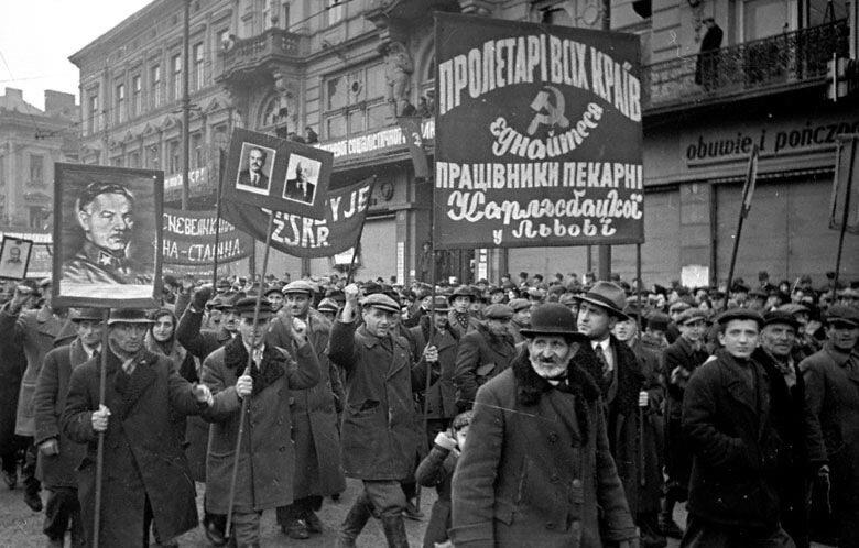 Колонна трудящихся проходит по одной из улиц г.Львова в день празднования 22-й годовщины Октября 07 ноября 1939 г.