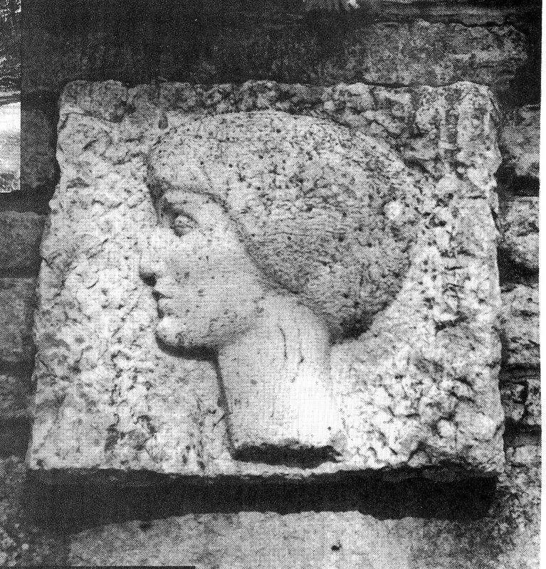 Барельеф на стене у могилы Ахматовой на кладбище в Комарово
