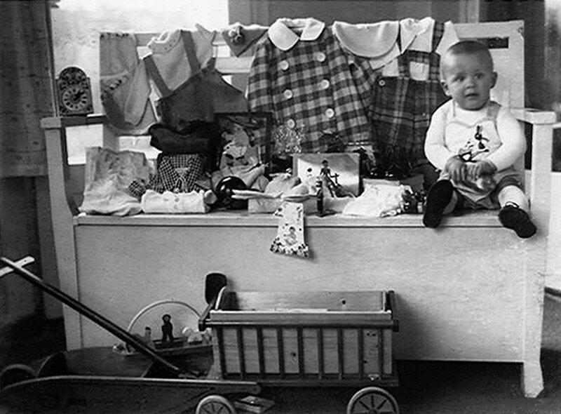Кёнигсбергский мальчик со своими игрушками 1934.jpg