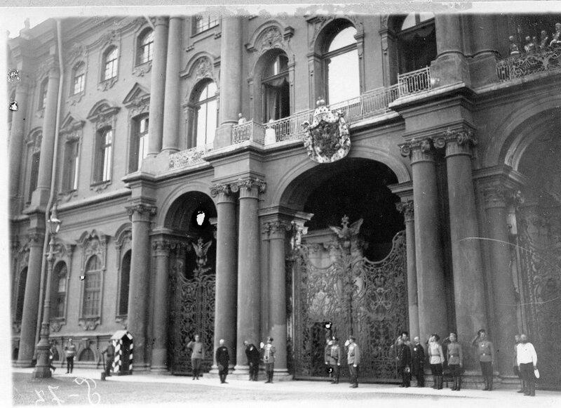 Император Николай II с балкона Зимнего дворца читает манифест об объявлении войны.