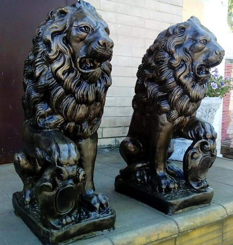 геральдический Лев со щитом