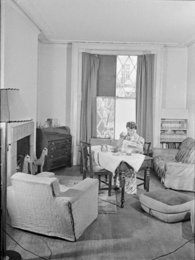 05. Оливия пьет чай, ест тосты и читает утренние газеты за завтраком в своей гостиной
