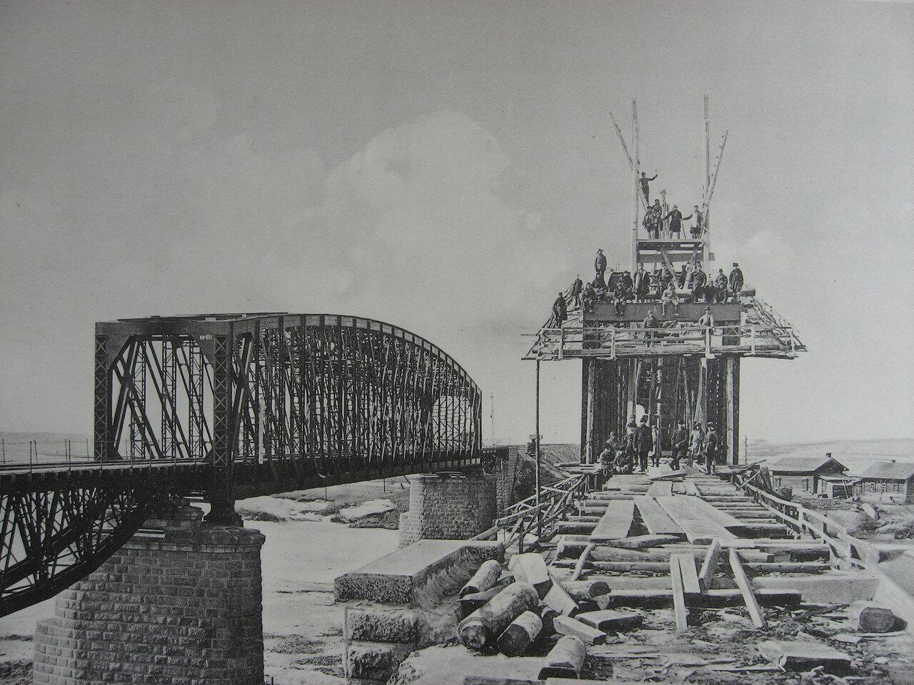 89. 3021 верста. Сборка нового моста через р. Китой. Строительный период 1910-1911