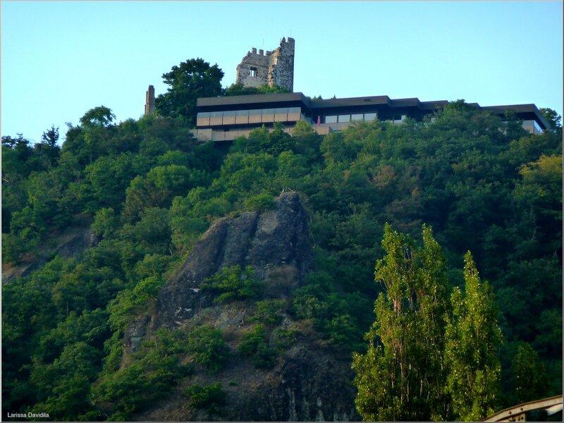 Руины замка-крепости Драхенфельс.