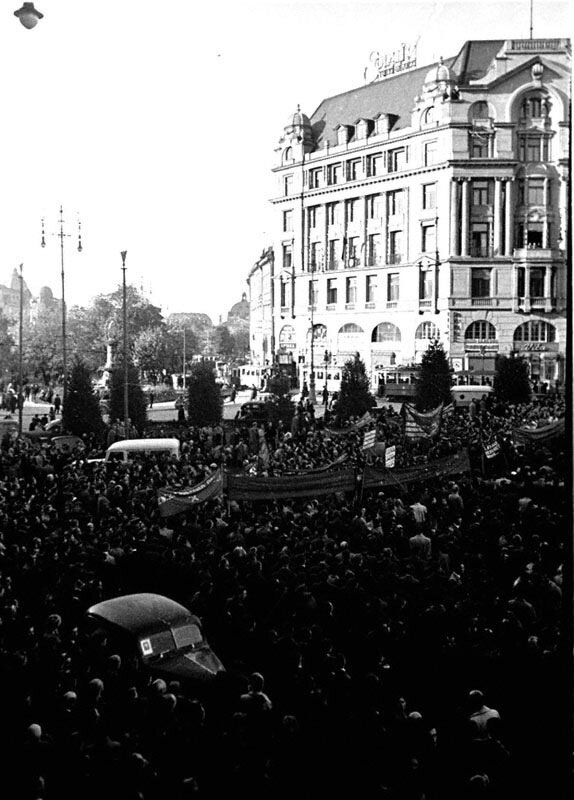 Митинг жителей г. Львова у памятника Адаму Мицкевичу 1939 г.