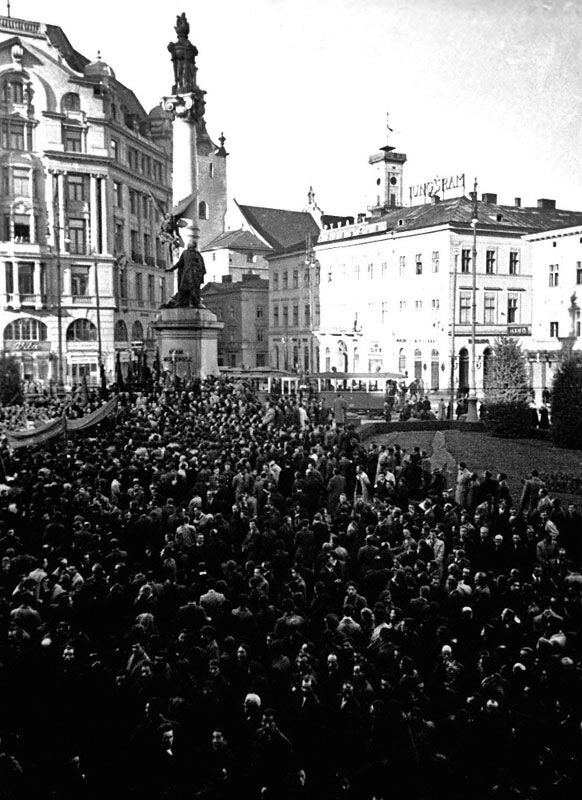 Митинг жителей г. Львова у памятника Адаму Мицкевичу.  1939 г. второй снимок