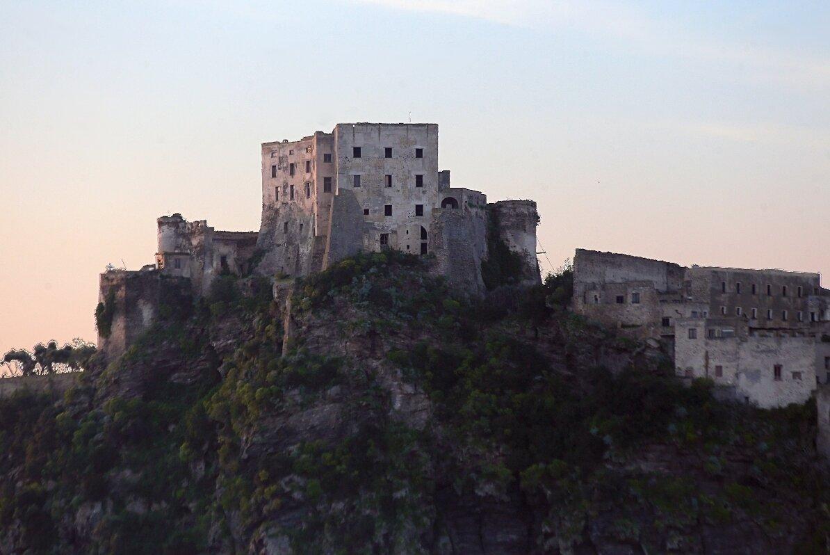 Рассвет в Искья-Понте. Арагонский замок.